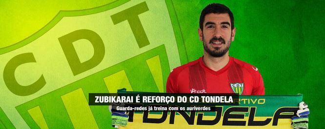 Eñaut Zubikarai posa con la bufanda de su nuevo equipo, el Tondela. Foto: www.cdtondela.pt