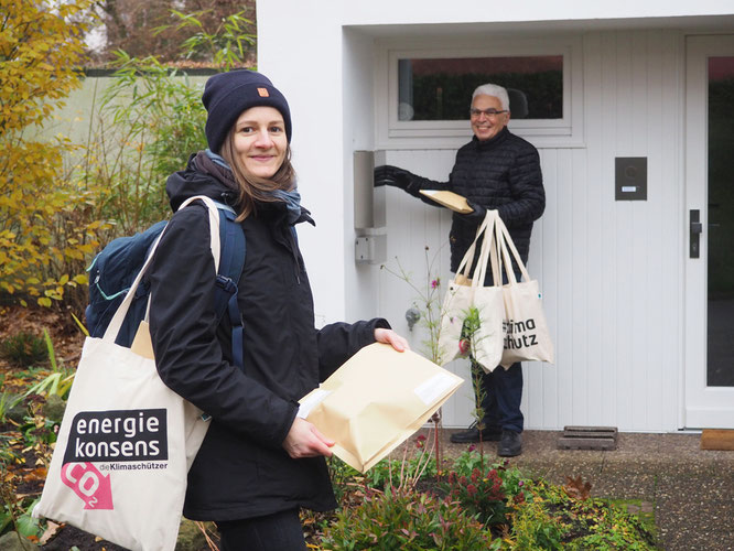 energiekonsens Projektleiterin Alina Fischbeck und Anwohner Heribert Eschenbruch verteilen Foto © energiekonsens