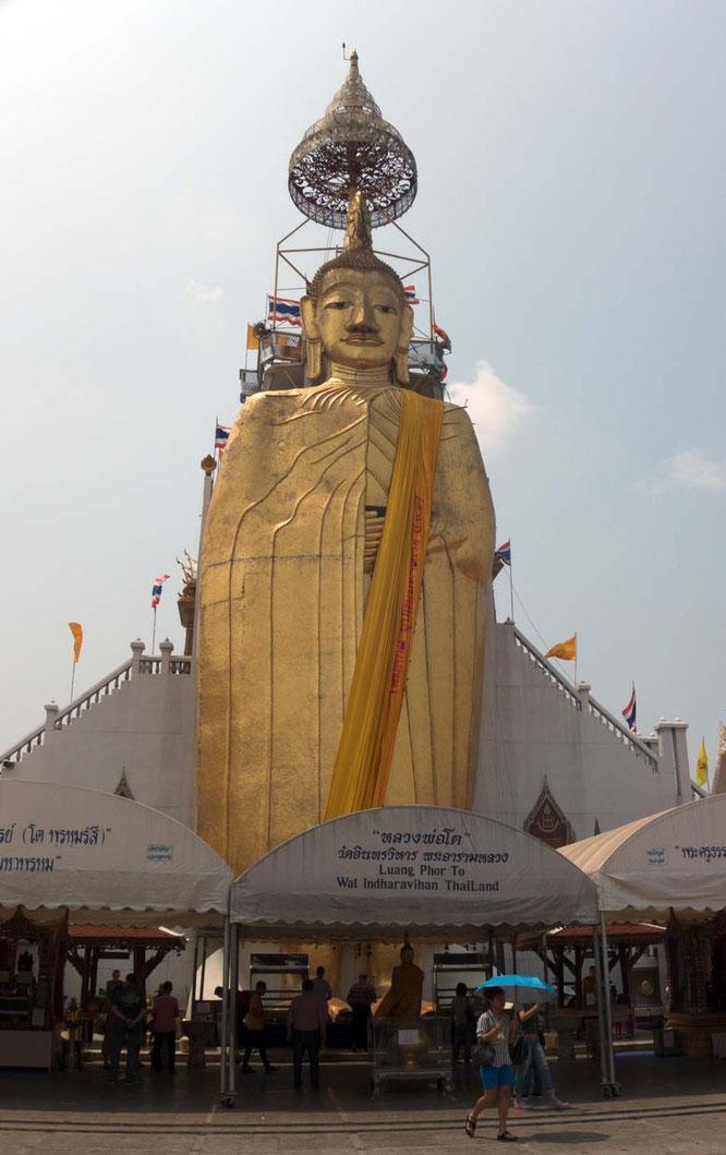 Standing buddah wat indrawihan Bangkok Thailand