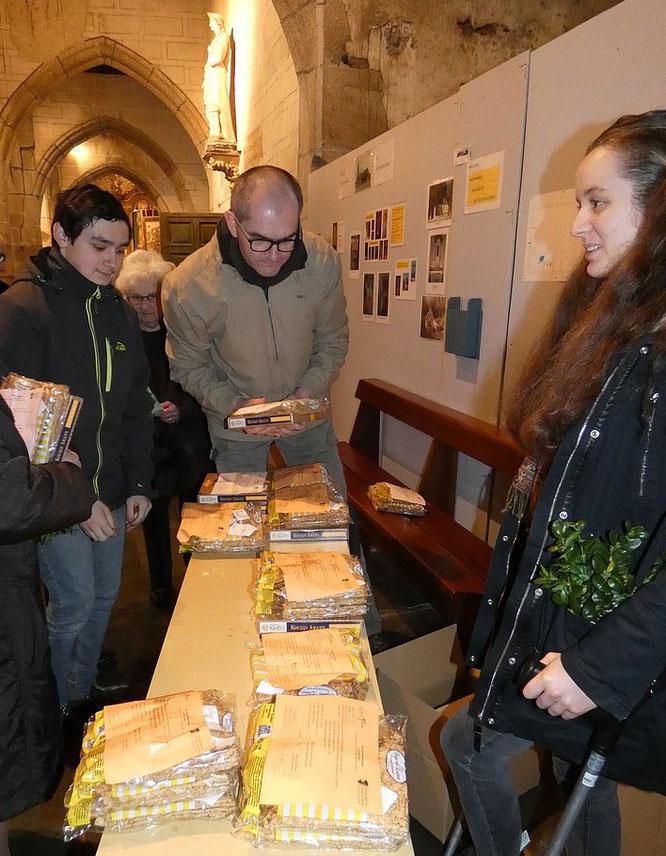 Distribution des commandes de crêpes et kouign-aman, au profit du financement du pèlerinage  des jeunes à Lourdes, prévu en avril (de gauche à droite : Vincent, Didier et Louise)