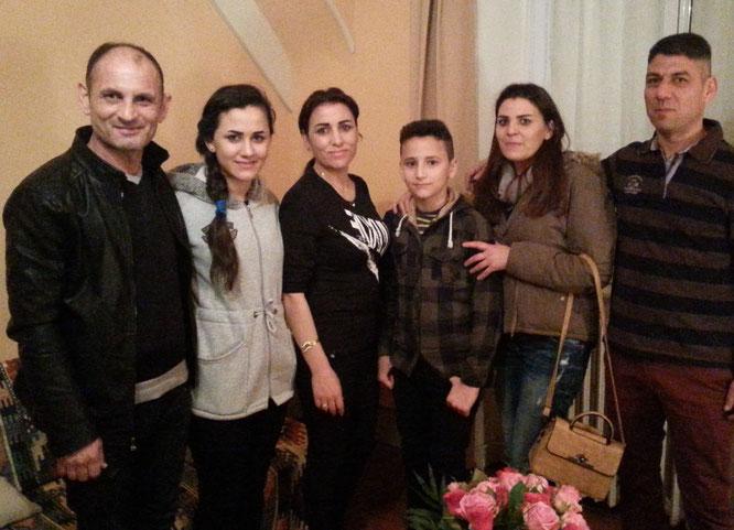 Sur la gauche - La famille AOLO : Muthana (le Papa). Marwi (15 ans), Rouaa (la maman) et Yousif (12ans)  - Sur la droite - Rana et Fawaz SHASHA, arrivés à Quimper il y a 1an et demi (les 2 mamans sont sœurs).