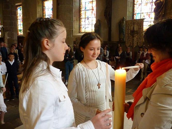 En rappel de leur baptême, les jeunes ont reçu la lumière du cierge pascal. C'est le Christ qui illumine leur vie.