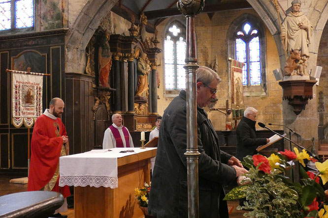Récit de la Passion à trois : Jean-Pierre (1er plan), François (2ème plan) et le père D. de Kerdanet