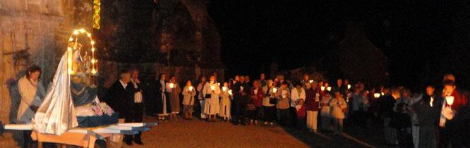 4-La veillée se poursuit dans le parc de Kernitron par une procession aux flambeaux