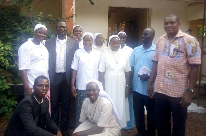 La nouvelle équipe pastorale de Réo : Les soeurs entourées des pères ZONGO, ALEXANDRE, BASSOLE et ROGER.