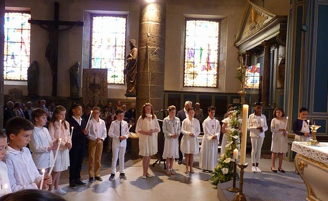 Rassemblés autour de l'autel, les jeunes ont littéralement proclamé leur foi : leur réponse « Nous croyons » a bien résonné dans le chœur !