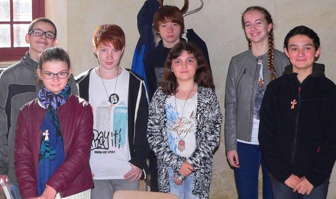 Dans l'ordre ou le désordre : Agnès, Vincent, Clément, Clara, Tom, Yohann, et Louise, 7 jeunes tout sourire pour leur entrée en catéchuménat