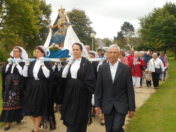 4-En fin de célébration, la procession reprend dans le parc de Kernitron. La statue de la Vierge est portée par un groupe de femmes en costumes traditionnels.