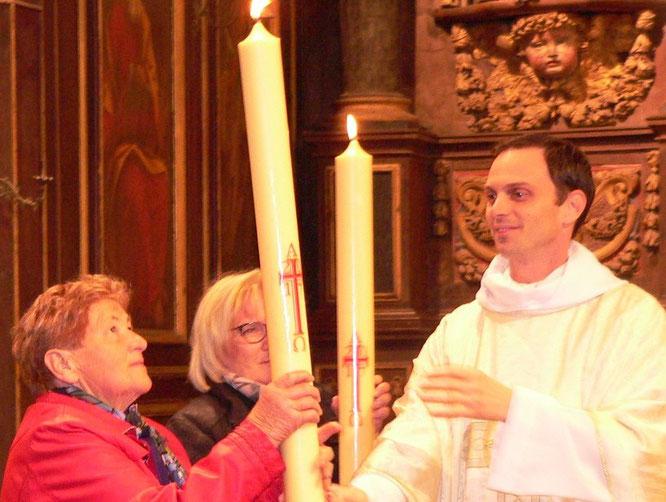 Transmission du cierge Pascale à Marie-Thérèse pour Plounéour-Menez et à Elisabeth pour le Cloître St Thégonnec