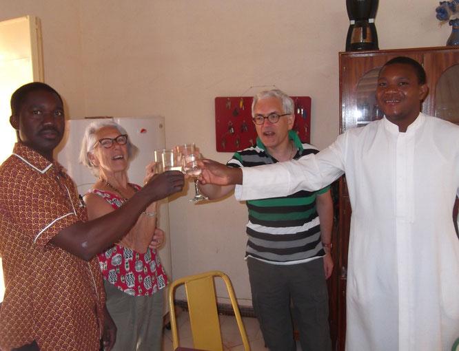 12/01/2016 : le pere Kizito (le curé), Chantal Mingam, l'abbé Roger (en soutane) et moi-même trinquant à l'eau du puits