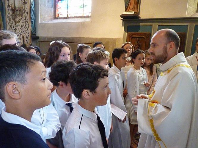 En ce jour du Pardon de Notre Dame du Mur, la statue de la Vierge est ouverte à la fin de la célébration. Les jeunes ont eu l'honneur cette année, d'être aux premières loges et de bénéficier des explications de père Daniel.
