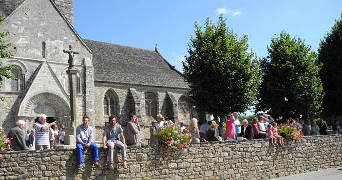 5-Sous un soleil propice, la procession est suivie par un public nombreux.