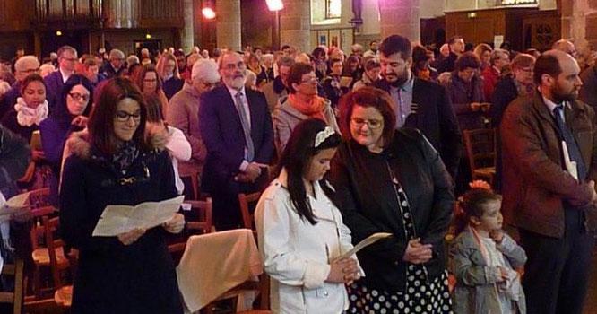 5-Sommet de l'année liturgique, la fête de Pâques rassemble en nombre les paroissiens, et comme ici à st Mathieu, les églises sont combles.