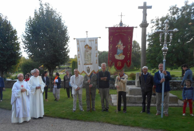 4-Les marcheurs sont accueillis sur le placître de ND Kernitron par le père Yves Laurent et Jean-Claude Bréhin (diacre). Les fidèles sont déjà rassemblés à la chapelle, et les attendent pour la veillée et la messe !