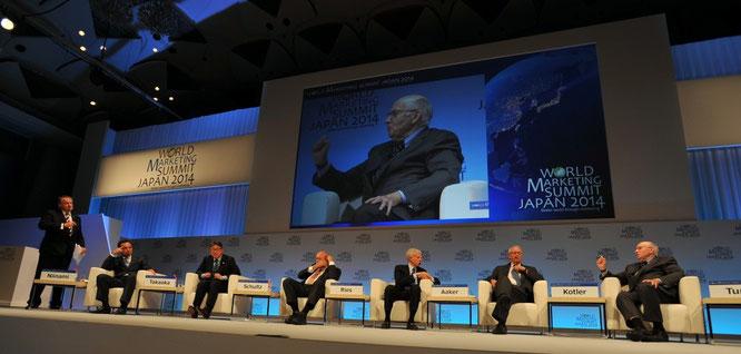 左から、IMD学長トゥルパン氏、サントリー新浪社長、ネスレ日本・高岡社長、「IMCのエキスパート」ドン・シュルツ教授、「ポジショニング論のエキスパート」アル・ライズ氏、「ブランド論の権威」デービッド・アーカー教授、「現代マーケティングの父」フィリップ・コトラー教授