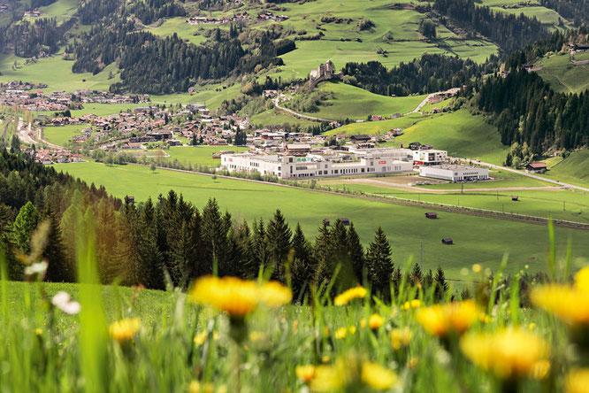 Loacker Werk Heinfels - eingebettet inmitten der Natur des Pustertals. Natürliche Produkte aus einem natürlichen Umfeld.   Foto: meraner-hauser.com