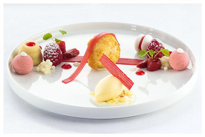 Suprême vom Rhabarber mit gebackenem Kokosparfait, Joghurtmeringe und Champagner-Buttereis ©Schanz Restaurant