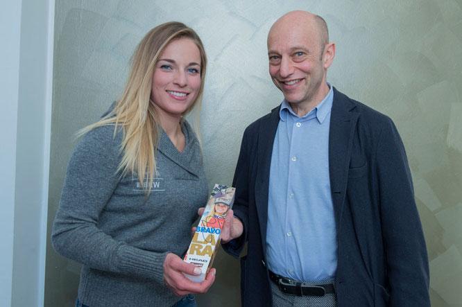 Lara Gut freute sich sehr über das persönliche Geschenk von Firmenchef Daniel Bloch   ©CBSA