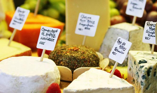 Käse wird immer beliebter und bei den verschiedenen Sorten kommt es auf die richtige Schnitttechnik an / Foto: TheCulinarian