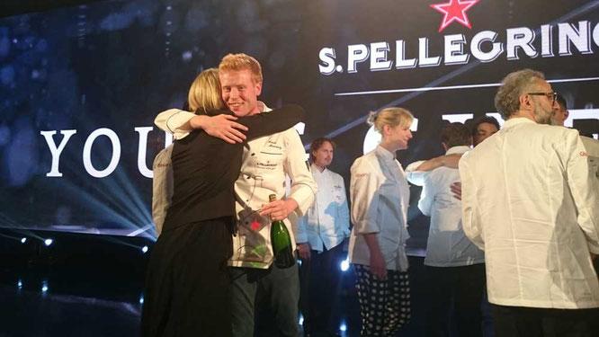 Der S.Pellegrino Young Chef 2015 Gewinner Mark Moriarty und seine Mentorin Clare Smyth freuen sich über den Sieg  ©TheCulinarian PS