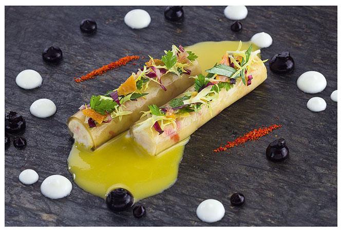 Königskrabbe in ihrem Gelee mit einer Liaison von Mais, Joghurt und schwarzer Hohannisbeere ©Schanz Restaurant