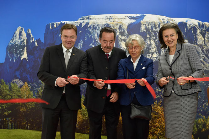 Günther Platter (Landeshauptmann Tirol), Armin Loacker, Christine Loacker-Zuenelli, Patrizia Zoller-Frischauf (Wirtschaftslandesrätin Tirol) / Foto:  meraner-hauser.com