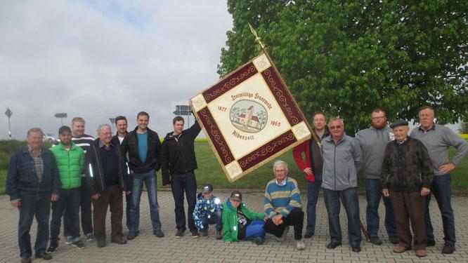 Mit Jung & Alt vertreten. Die Alberzeller Feuerwehrkameraden bei der Abholung der renovierten Fahne in Schierling