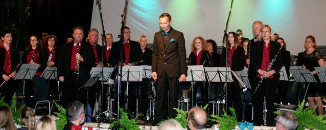 Dirigent Stefan Zimmer bei seiner Maibowle-Premiere. Foto: Heiko Lehmann