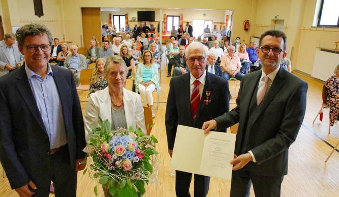 von links: Regionalverbandsdirektor Peter Gillo, Ani und Günter Lang, Umweltminister Reinhold Jost.