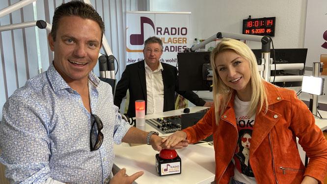 Die Schlagerstars Stefan Mross und Anna Carina Woitschack. In der Mitte: Thomas Unold, der Ortsvorsteher von Auersmacher.