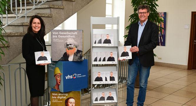 Regionalverbandsdirektor Peter Gillo und vhs-Direktorin Dr. Carolin Lehberger präsentieren das neue vhs-Programm im Alten Rathaus, dem Sitz der vhs Regionalverband Saarbrücken.