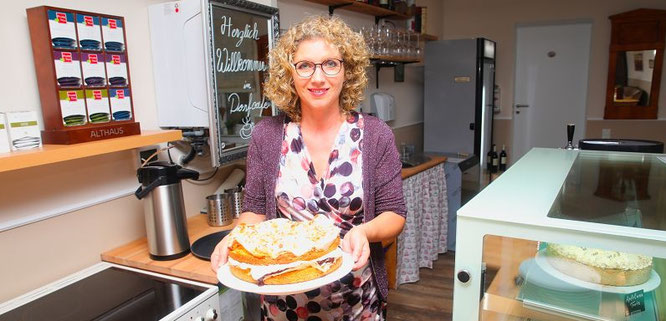 Das neue Dorfcafé, das vor allem glutenfrei Kuchen und Toren sowie Bio-Getränke anbietet ist in der Bahnhofstraße 58 und hat nur am Wochenende geöffnet.