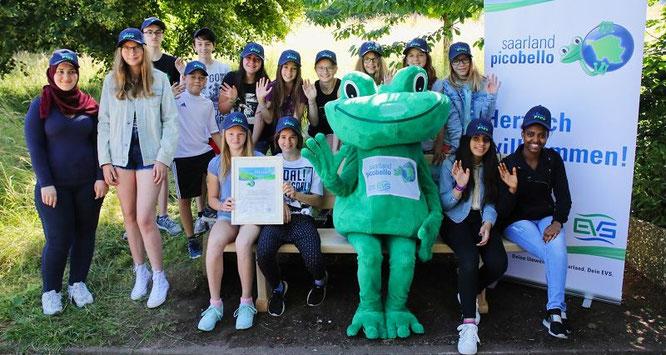 Gemeinsam mit dem Picobello-Frosch freuten sich die Kinder und Jugendlichen der Gemeinschaftsschule Kleinblittersdorf über ihre neue Bank, die sie für ihre langjährige Teilnahme an dem Projekt erhielten.