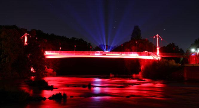 Die Freundschaftsbrücke in Kleinblittersdorf ganz in Rot - beeindruckend und ein Hilferuf zugleich. Foto: Heiko Lehmann.