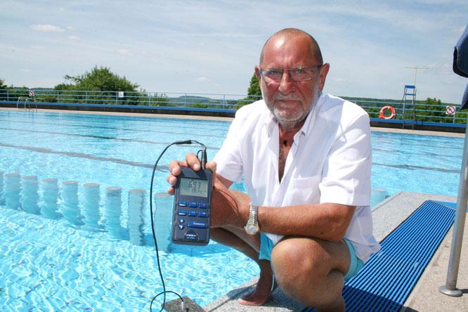 Manfred Rohrbacher beim Messen der Wassertemperatur im Jahr 2019.