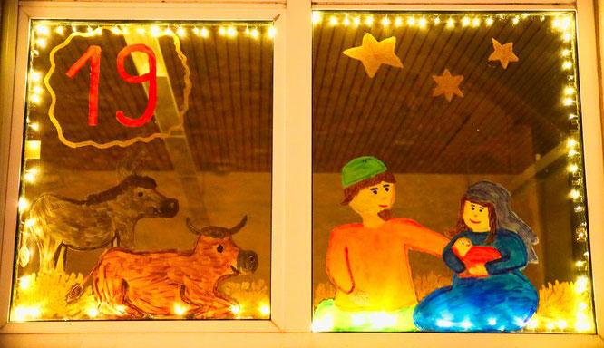 Die Kinder des Auersmacher Kindergartens enthüllten das 19. Fenster des lebendigen Adventskalenders und wählten als Thema die Herbergssuche von Maria und Josef.