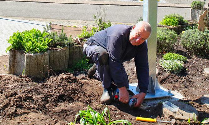 Bernhard Peter befestigt den neuen Schwenker.