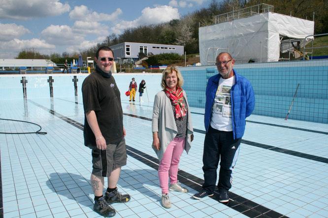 von links: Marcus Frey, der stellvertretende Freibadchef, Ulrike Niederländer, die Vorsitzende des Fördervereins und Manfred Rohrbacher.