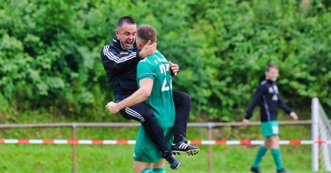 SVA-Trainer Jan Berger jubelt mit Patrick Jantzen. Er schoss das Tor des Monats zum 1:1.