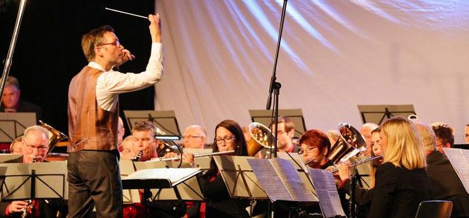 Dirigent Stefan Zimmer führte sein Orchester durch eine tolle 48. Klingende Maibowle.