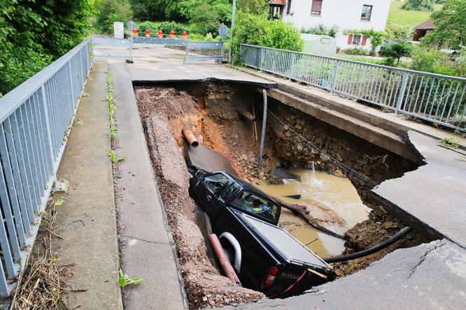 Beim Jahrhundert-Unwetter am 1. Juni 2018 stürzte ein Auto mit der Brücke ein.