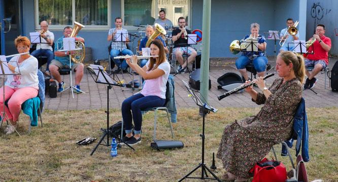 Das Saar-Wind-Orchestra probt aktuell vor der Mehrzweckhalle in Rilchingen-Hanweiler.