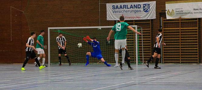 Oliver Bickelmann schießt den SV Auersmacher im Finale in dieser Szene mit 1:0 in Führung..