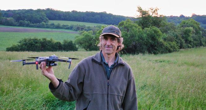 Jäger Michael Keßler mit eine Drohne mit Wärmebildkamera.