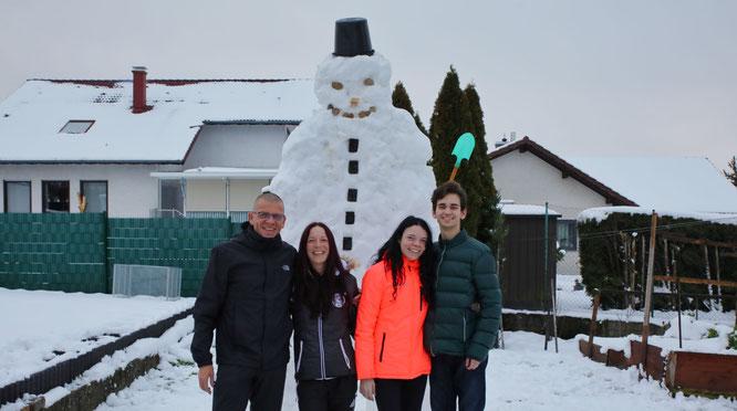 von links: Marco und Andrea Dincher bauten mit Lena Dincher und Freund Temi in Auersmacher einen 3,20 Meter hohen Schneemann.