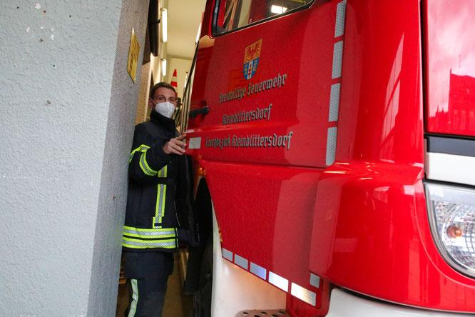 Einsteigen müssen die Feuerwehrleute vor der Fahrzeughalle - bei Wind und Wetter.