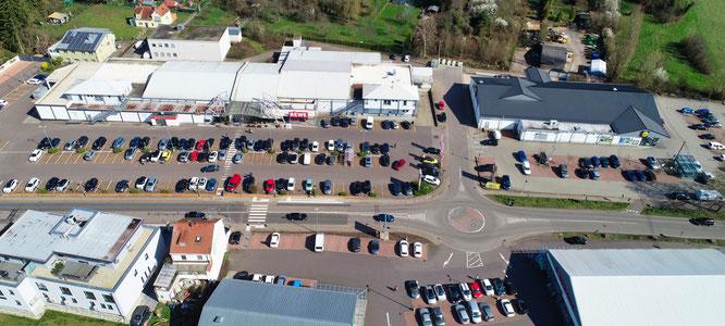 Die Parkplätze der Supermärkte in Kleinblittersdorf sin voll mit Autos aus Frankreich.