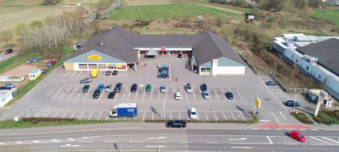 Dort, wo die Autos ansonsten dicht an dicht parken, gibt es vor den Supermärkten an der Oberen Saar zur Zeit große Lücken.