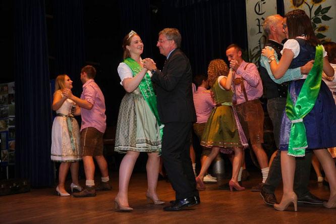 Ortsvorsteher Thomas Unold durfte obligatorisch den ersten Walzer mit der neuen Erntekönigin tanzen.