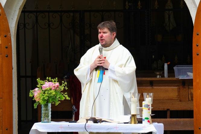 Pastor Matthias Scheer freut sich über die vielen Besucher.